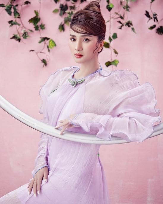 Mẫu váy mang gam màu tím pastel nhẹ nhàng giúp tôn làn da trắng.