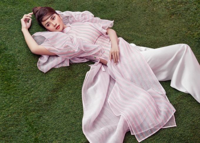 Kim Tuyến được biết đến với vai trò diễn viên và đoạt nhiều giải thưởng. Cô tham gia nhiều phim truyền hình và điện ảnh như Mật mã hoa hồng vàng, Những khúc sông dậy sóng, Chơi thì chịu... Vai diễn cô Ba Trang của người đẹp trong phim Mộng phù hoa được khán giả đặc biệt yêu thích.