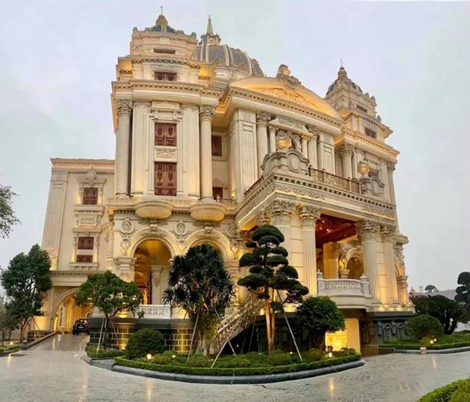 Tháng 1/2021, siêu đám cưới ở lâu đài Thành Thắng, Ninh Bình đã khiến dư luận mắt tròn mắt dẹt về độ hoành tráng khi rạp cưới 4.500 m2 được dựng ngay trong khuôn viên của lâu đài. Tên của lâu đài mang tên hai con trai của chủ nhân toà lâu đài - một chủ tập đoàn nổi tiếng trong lĩnh vực xây dựng.