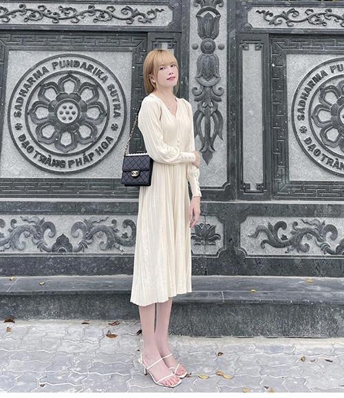 Thiều Bảo Trâm với hình ảnh trang nhã khi đi lễ chùa. Ca sĩ chọn túi Chanel tông màu tương phản để mix cùng bộ váy cổ điển.