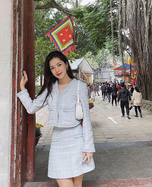 Trang phục vải tweed thời thượng được Chi Pu sử dụng cùng túi kẹp nách hot trend khi đi lễ chùa nhân ngày đầu năm mới.