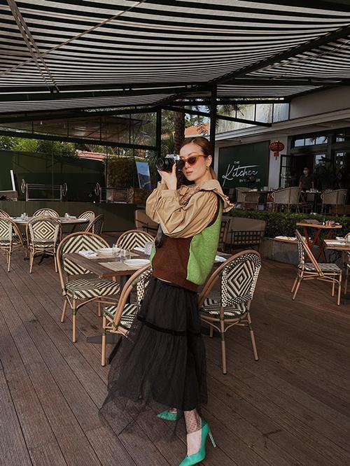 Diện set đồ gồm váy áo theo phong cách cổ điển, Yến Nhi chọn thêm áo len sát nách để mix đồ trong những ngày Sài Gòn trở lạnh.