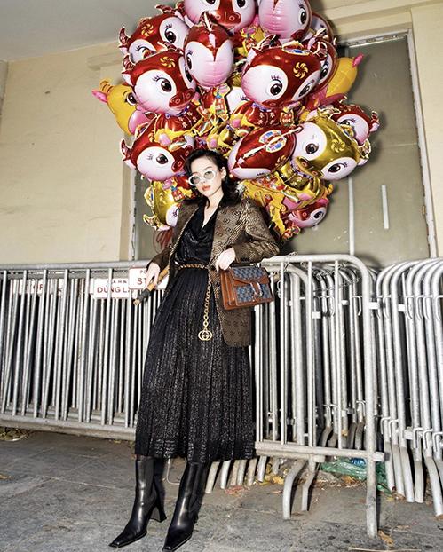 Dây lưng và túi Gucci được Khánh Linh sử dụng để tạo điểm nhấn cho set đồ Tết theo đúng không khí se lạnh phía Bắc.