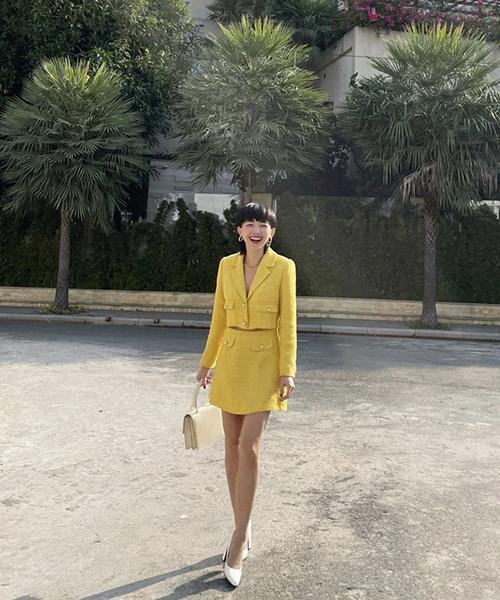 Tông vàng dự báo gây sốt ở mùa mốt mới được Tóc Tiên sử dụng để giúp mình nổi bật khi xuống phố ngày xuân.