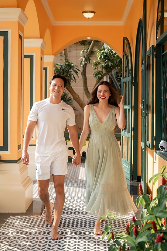Hôm mùng bốn Tết, gia đình Hồ Ngọc Hà - Kim Lý có dịp đến biệt phủ vui chơi. Cả hai thoả thích khám phá cơ ngơi rộng lớn của người quản lý.