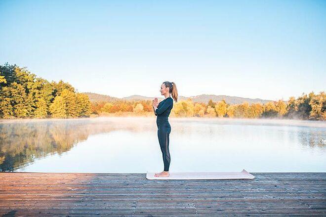 Đây là tư thế yoga nền tảng, giúp cải thiện vóc dáng thông qua việc cảm nhận được cơ thể mình. Tư thế này còn giúp giải toả căng thẳng hữu hiệu.