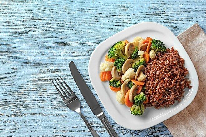 Ăn cơm gạo lứt vào bữa tối giúp bạn chắc bụng mà không gây béo.