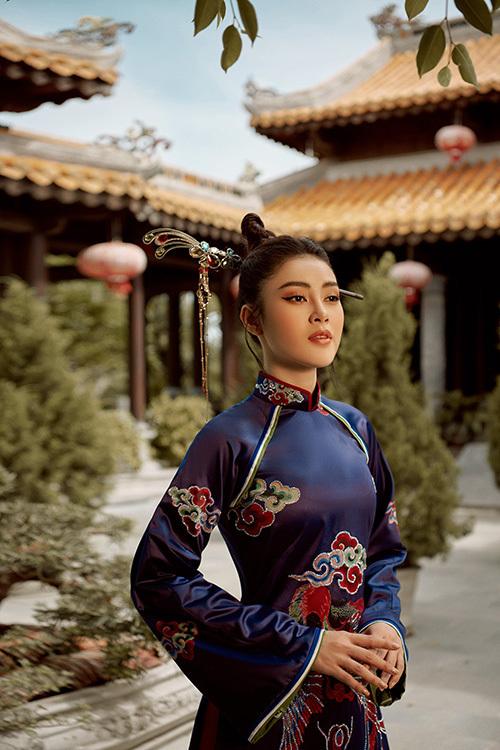 Các họa tiết thêu tay tinh xảo trên nền chất liệu cao cấp tôn nhan sắc người đẹp Lý Kim Thảo.