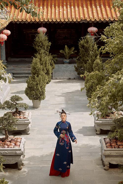 Cô toát lên sự thanh lịch và truyền thống khi tới chốn uy nghiêm.