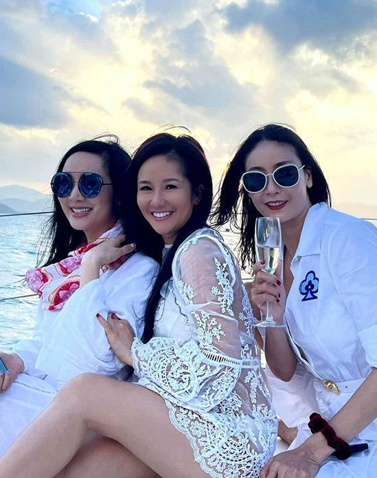 Ca sĩ Hồng Nhung (giữa) hào hứng ngồi du thuyền vi vu ngắm cảnh biển Nha Trang cùng Giáng My, Hà Kiều Anh.