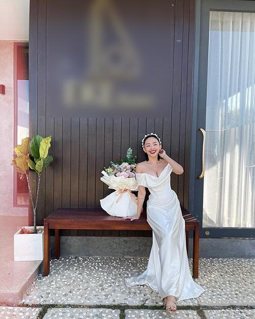 Tóc Tiên cũng chia sẻ ảnh mặc chiếc váy cưới nhân kỷ niệm 1 năm kết hôn. Mẫu đầm cô diện giống với mẫu đầm mà Miley Cyrus diện trong ngày cưới, đều là váy từ thương hiệu Vivienne Westwood. Phía nhà mốt từng xác nhận vớiPeoplerằng váy mà Miley Cyrus diện là mẫu có sẵn tại các cửa hàng ở London và New York, được bán với giá 8.600 USD (hơn 200 triệu đồng), làm từ chất liệu lụa satin màu trắng ngà.