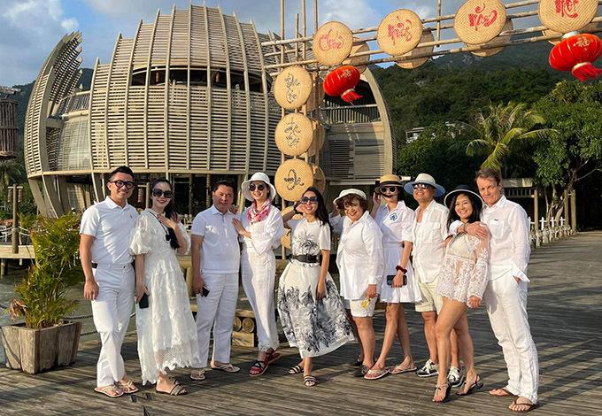 Các cặp đôi nổi tiếng mặc ton-sur-ton tận hưởng 2 ngày nghỉ dưỡng thảnh thơi, đầy niềm vui và kỷ niệm ở Nha Trang.