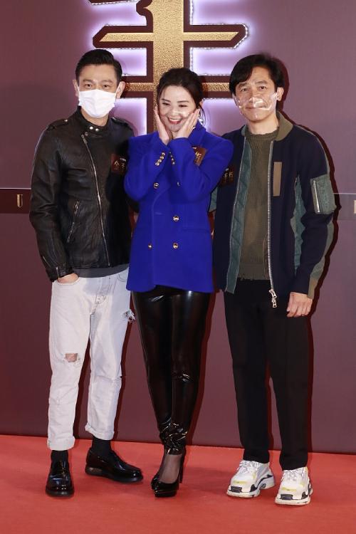 Thái Trác Nghiên sánh vai Lưu Đức Hoa, Lương Triều Vỹ trong buổi họp báo ra mắt phim Kim Thủ Chỉ (Ngón tay vàng) của đạo diễn Trang Văn Cường tại Hong Kong. Cả ba nghệ sĩ đều đeo khẩu trang, lớp chắn để tránh lây lan Covid-19.