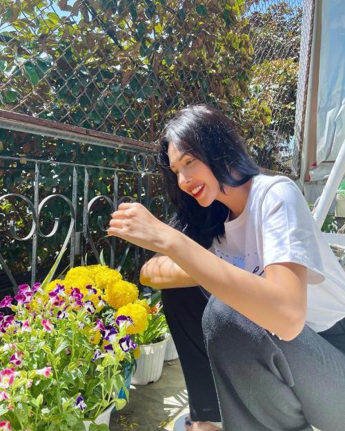 Siêu mẫu Minh Triệu thư giãn khi thăm vườn hoa, cây trái của ba mẹ.