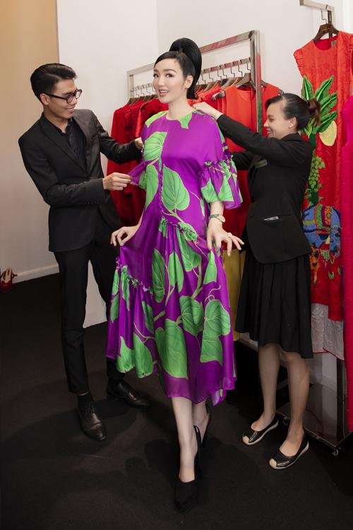Là khách hàng thân thiết của hai nhà mốt Việt, người đẹp Giáng My (đứng giữa) thường giữ thói quen đến chọn váy áo mới trong những ngày đầu năm để lấy hên.