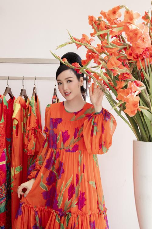 Người đẹp không tuổi của showbiz Việt chọn 8 bộ cánh sắc màu nổi bật nằm trong bộ sưu tập Hừng Đông vừa ra mắt đầu năm 2021.