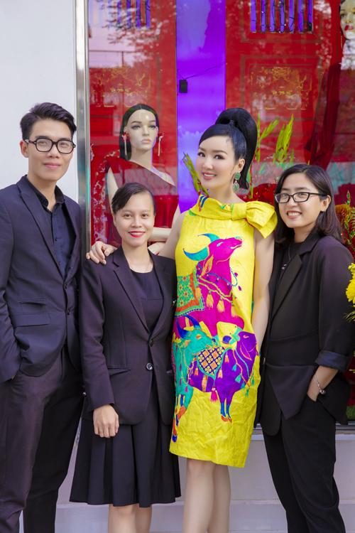 Giáng My chụp ảnh kỷ niệm cùng các nhân viên của hai nhà mốt Việt khi đi mua sắm đầu năm.