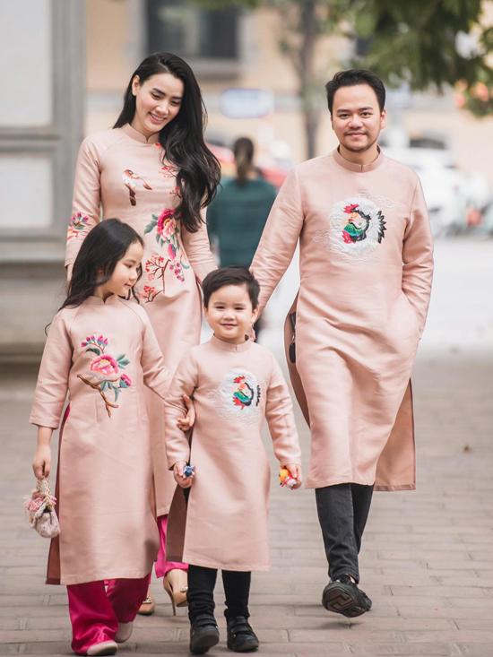 Mùa xuân năm nay cả gia đình Trang Nhung lần đầu diện áo dài đi chúc Tết và du xuân. Người đẹp tiết lộ ông xã cô trước đây hiếm khi mặc quốc phục nên Trang Nhung phải thuyết phục mãi anh mới chịu diện ton-sur-ton với vợ con. Không ngờ bây giờ anh ấy lại bắt đầu thích mặc áo dài rồi, nữ diễn viên hào hứng cho biết.