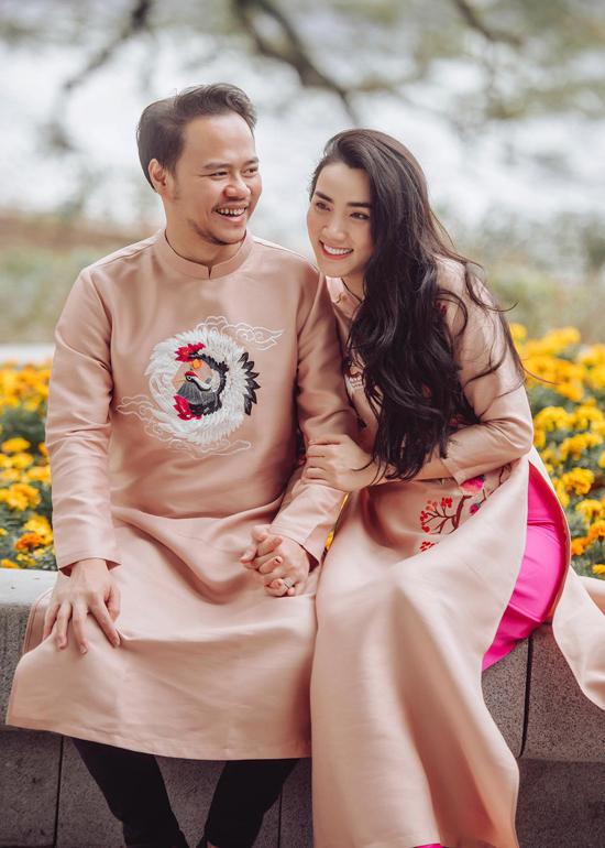 Vợ chồng Trang Nhung yêu nhau 2 năm và mới kỷ niệm 5 năm ngày cưới hồi tháng 1. Nhìn chung hai chúng tôi không có gì thay đổi. Chồng vẫn hiền lành, tử tế như ngày mới quen còn tôi tính hài hước nhưng ngoan ngoãn, thích vun vén, quán xuyến nhà cửa. Tôi chưa bao giờ phải cố gắng hay gồng mình khi ở bên anh. Sau 5 năm tôi cảm nhận ông xã vẫn yêu thương mình như ngày đầu. Mong là chúng tôi có thể cùng nhau kỷ niệm thêm mấy chục cái 5 năm nữa, Trang Nhung nói.
