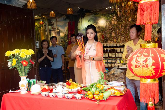 Siêu mẫu Vũ Thu Phương sở hữu một nhà hàng ở quận 1 nhiều năm qua. Do đó, cô và ông xã (áo vàng) rất chú trọng việc cúng kiếng, mong mọi việc thuận lợi, phát tài phát lộc.