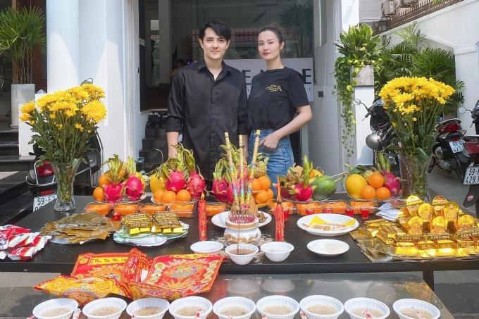 Ông Cao Thắng - Đông Nhi chuẩn bị mâm cỗ đầy đủ hoa quả, chè xôi theo phong tục tập quán.