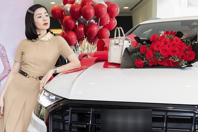 Hồi tháng 1, Lệ Quyên cũng là người đầu tiên tại Việt Nam sở hữu chiếc xe hạng sang trị giá hơn 5 tỷ đồng của Audi. Nữ ca sĩ còn sở hữu bộ sưu tập túi xách, đồng hồ, kim cương, trang phục hàng hiệu. Trong ảnh, cô dùng túi Hermes da cá sấu bạch tạng trị giá hàng tỷ đồng.