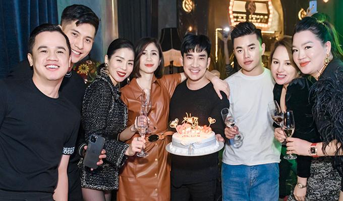 Hơn một tuần ăn Tết ở Hà Nội, Lệ Quyên cùng Lâm Bảo Châu thường xuyên sánh đôi tại những bữa tiệc bên bạn bè thân thiết, trong đó có Quang Hà, vợ chồng Tuấn Hưng...