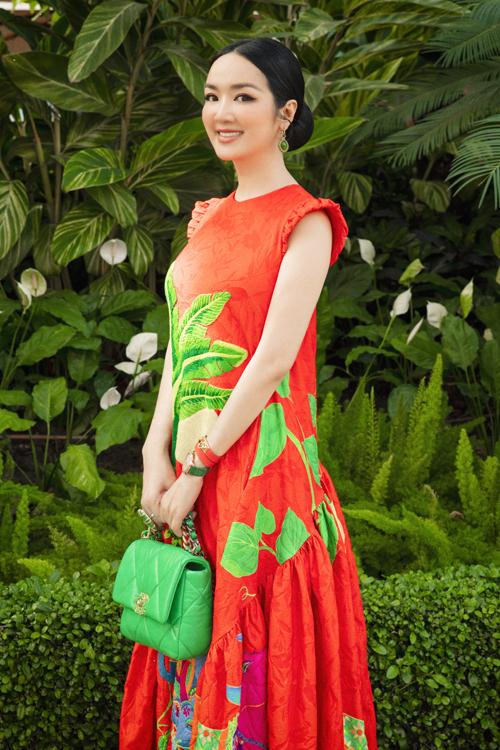 Sở hữu làn da trắng sáng vì thế Giáng My dễ dàng sử dụng các mẫu váy tông màu nóng như cam, đỏ, vàng...