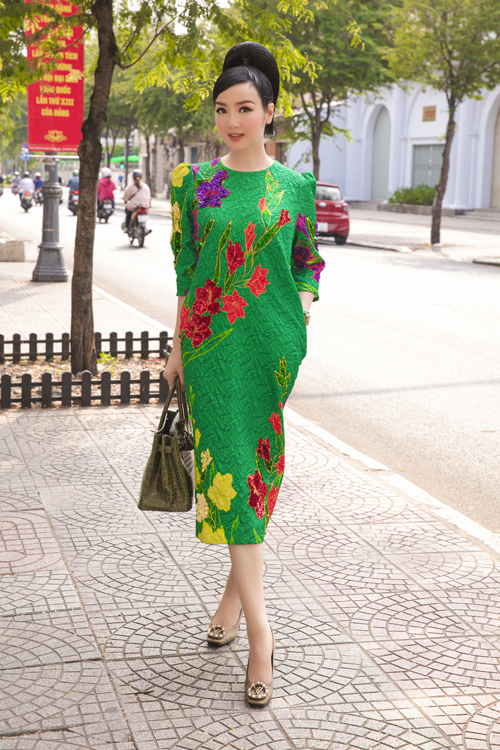 Những kiểu váy liền thân, trang trí họa tiết đính kết kỳ công được mỹ nhân nổi tiếng chọn lựa để xuất hiện trong các buổi tiệc tân niên.
