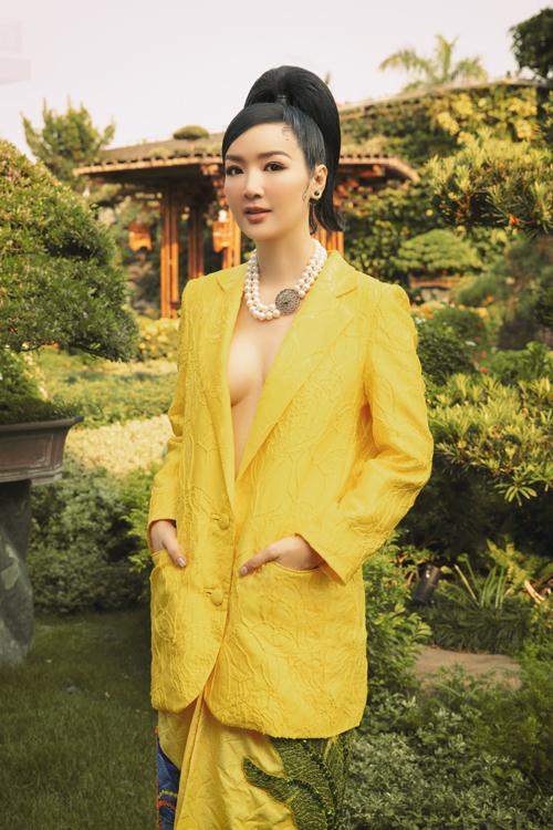 Hoa hậu Đền Hùng táo bạo với set trang phục tông vàng tươi được kết hợp giữa áo blazer dáng rộng và chân váy đính kết.