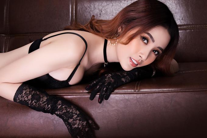 Gam màu đen tôn làn da trắng mịn không tỳ vết của người đẹp quê  Tiền Giang.