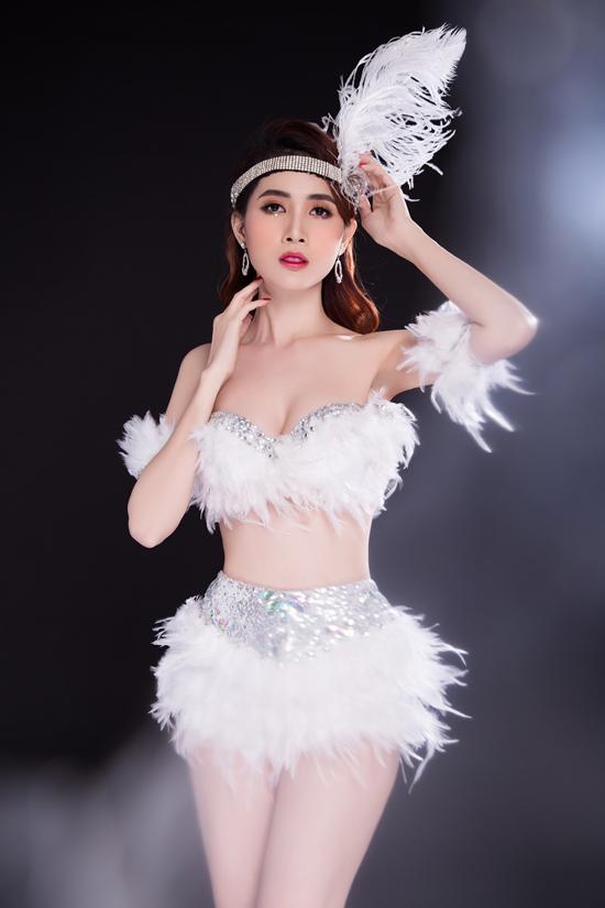 Nội y đính đá và lông vũ khiến Phan Thị Mơ trông càng nóng bỏng, ấn tượng.