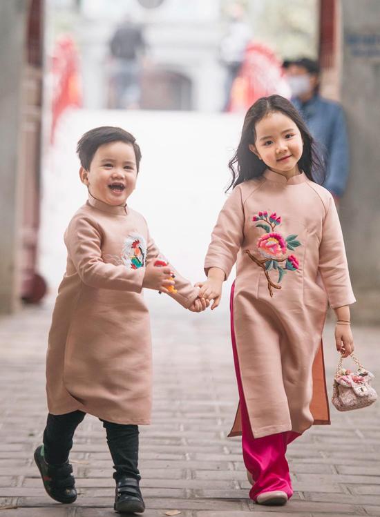 Bé Gấu hớn hở nắm tay chị đi du xuân, thăm các di tích nổi tiếng ở Hà Nội.