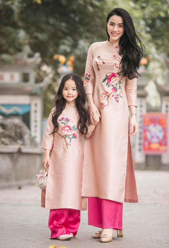 Con gái Trang Nhung thừa hưởng tính cách điệu đà giống mẹ và rất dạn dĩ khi đứng trước ống kính.
