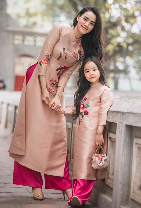 Con gái cưng là nguồn cảm hứng để Trang Nhung thiết kế nhiều mẫu trang phục cho mẹ và bé.