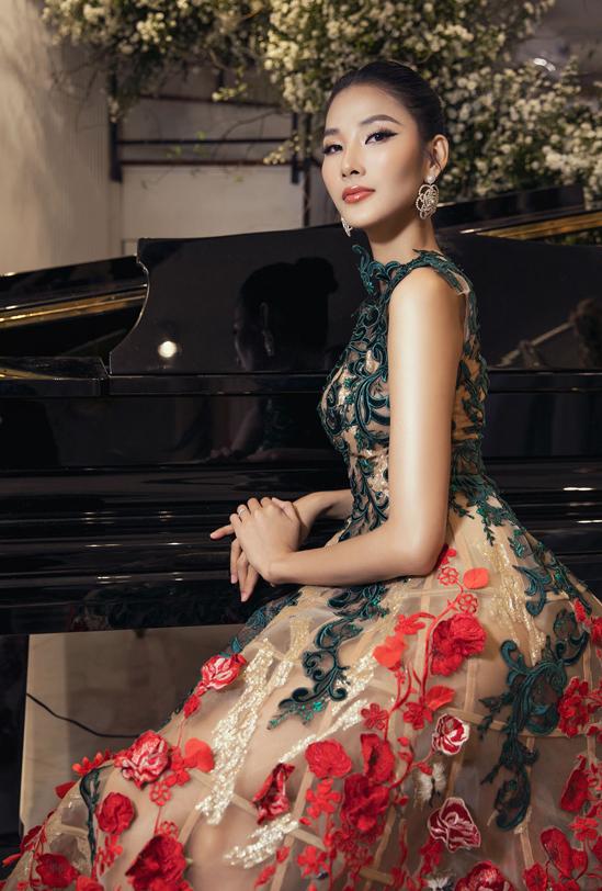 Á hậu Hoàng Thùy lộng lẫy với váy dạ hội xuyên thấu. Cô là một trong những nàng thơ của Hoàng Hải.