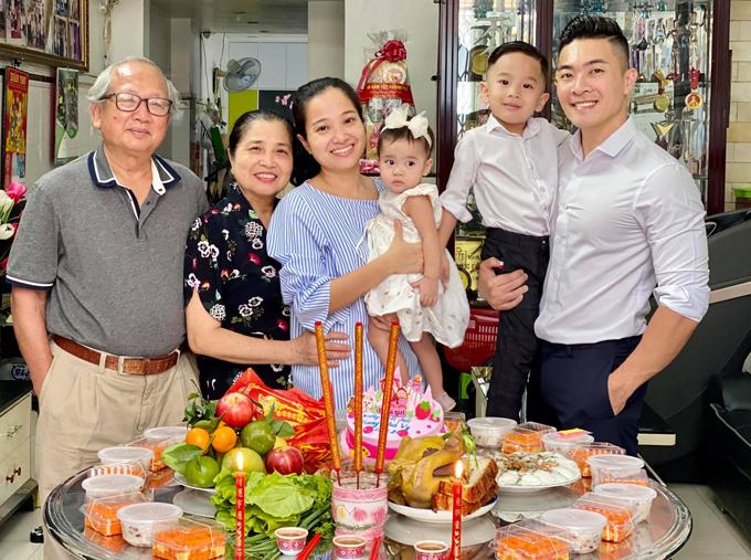 Bố mẹ Hồng Phượng cũng đến chung vui với con gái, con rể và hai cháu ngoại.
