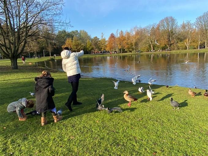Gia đình Gal Gadot đi dạo trong công viên.