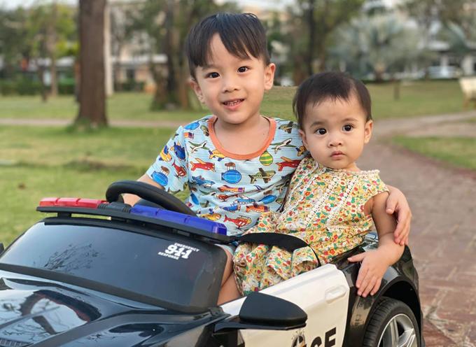 Khi bố mẹ bận, bé Bắp thường dỗ dành, chơi với em gái. Vợ chồng nữ MC hạnh phúc vì các con biết thương yêu, bảo vệ nhau.