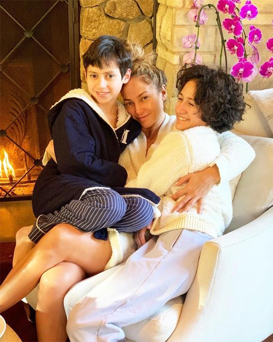 Jennifer Lopez bên hai con.