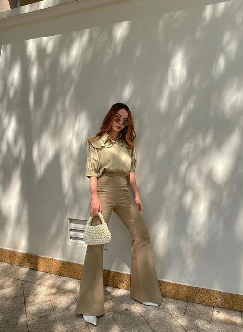 Những cô nàng yêu phong cách cổ điển có thể tham khảo lối mix quần loe, lưng cao đi cùng áo trang trí bèo nhún xinh xắn của Yến Trang.