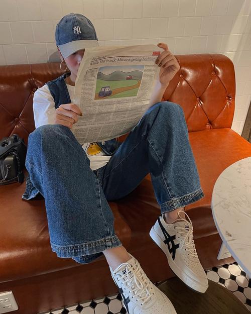 Quần jeans ống suông, ống đứng từ phong cách cổ điển là trang phục khó lỗi mốt và dễ tôn nét năng động khi xuống phố.