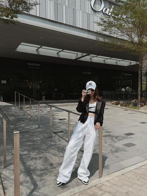 Các mẫu quần kaki suông rộng cũng là trang phục được Yến Trang yêu thích ở mùa xuân hè năm nay.