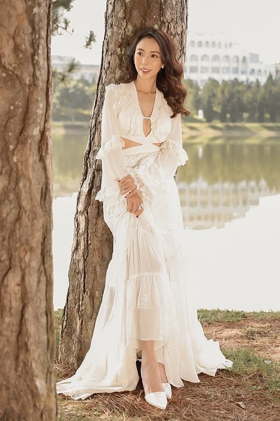 Thu Trang diện trang phục cắt xẻ, thả dáng trong khung cảnh lãng mạn của Đà Lạt.