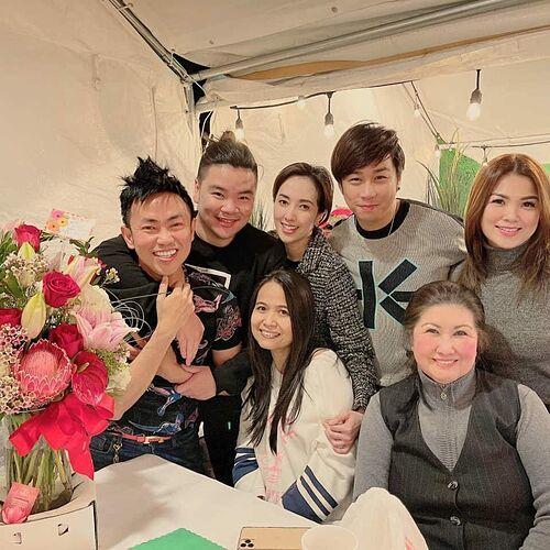 Nhóm nghệ sĩ hải ngoại gặp gỡ tại nhà hàng của Hoài Tâm và Việt Hương để mừng sinh nhật. Ca sĩ Tân Hy Khánh (thứ hai từ trái qua) thích thú vì nhận quà bất ngờ từ Hoài Tâm.