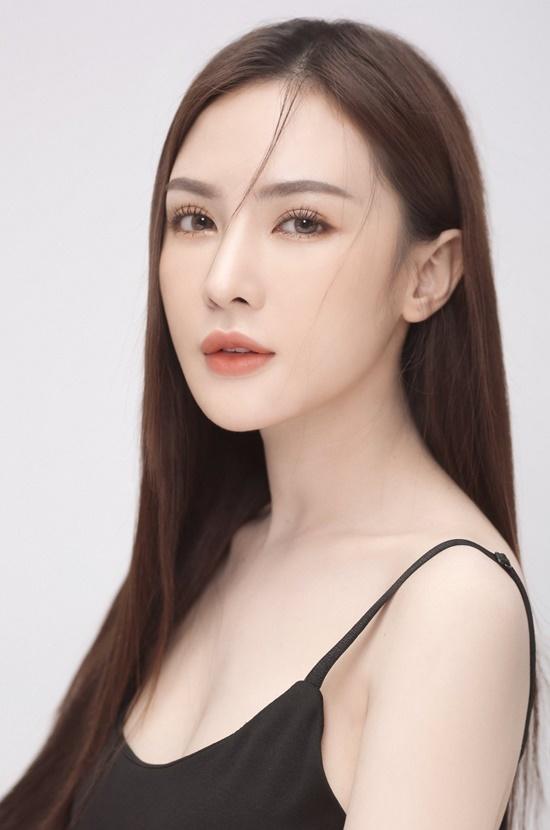 Kelly là hot girl đời đầu của TP HCM cùng thời Sam và Midu. Cô cho biết mình hiện là đại sứ Liên hiệp du lịch Thẩm mỹ Hàn Quốc tại Việt Nam. Ngoài kinh doanh spa, cô còn làm mẫu và đóng phim.