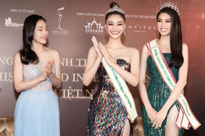Ngọc Thảo (phải) nhận dải băng Miss Grand International Vietnam 2020 từ đại diện tiền nhiệm - á hậu Kiều Loan (giữa).