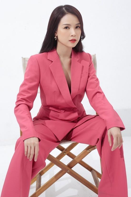 Ngoài talkshow Cốc Cốc Sam ơi phát sóng trên kênh YouTube cá nhân, Sam còn tham gia nhiều chương trình truyền hình với vai trò MC. Bên cạnh đó, cô cũng là gương mặt quảng cáo cho các thương hiệu mỹ phẩm, gia dụng và công nghệ.