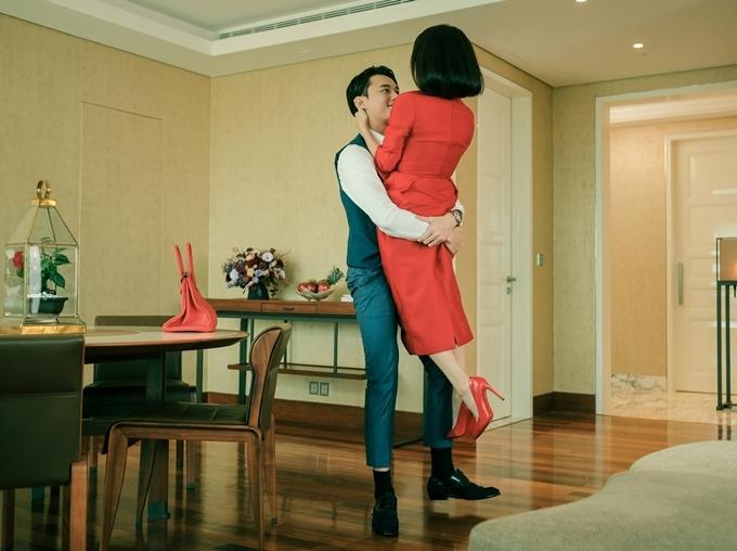 Anh Dũng chia sẻ với Ngoisao.net khi anh vừa bế Kaity lên rồi đặt xuống, họ liền phát hiện chiếc váy bị rách. Cả hai đều rất buồn cười. Nhưng vì đạo diễn chưa hô cắt, cặp đôi phải nín cười quay tiếp.