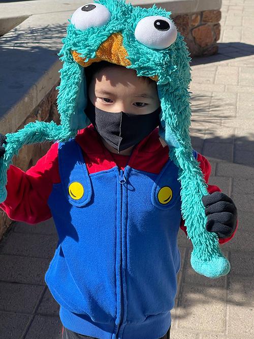 Jiraiya thích chiếc mũ hình chú rối Elmo. Ngọc Quyên mang hai bộ trang phục để thay cho con nếu bé nghịch bẩn.